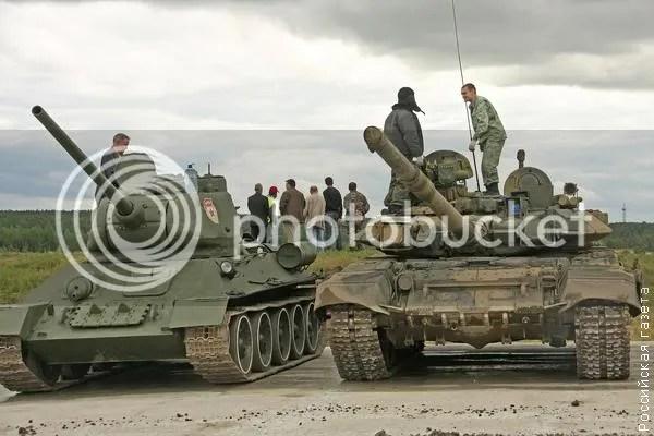 T-90 y T-34-85 juntos en una exhibición.