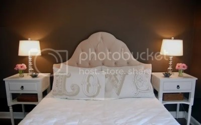 Kahverengi boya yatak odası duvarlarına zenginlik katar