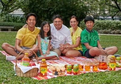 Mommy Mundo and Family Mott's 100% Original Apple Juice