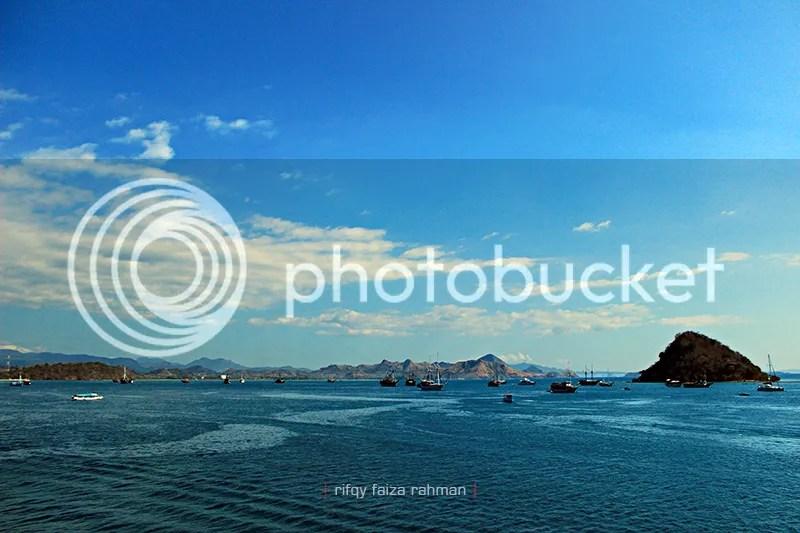 Pemandangan dari atas kapal feri beberapa saat setelah meninggalkan pelabuhan feri Labuan Bajo