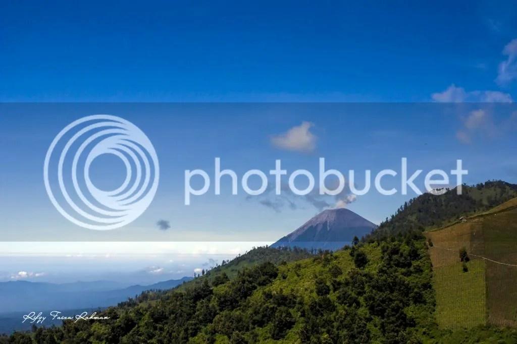 Gunung Semeru dilihat dari Desa Argosari, Lumajang