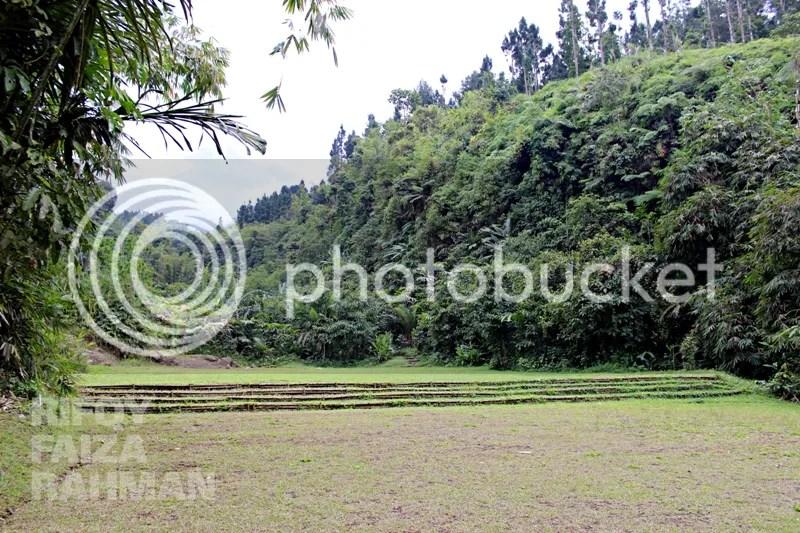 Di balik ujung bukit penuh pepohonan hijau itu, Gunung Slamet akan terlihat saat langit bersahabat