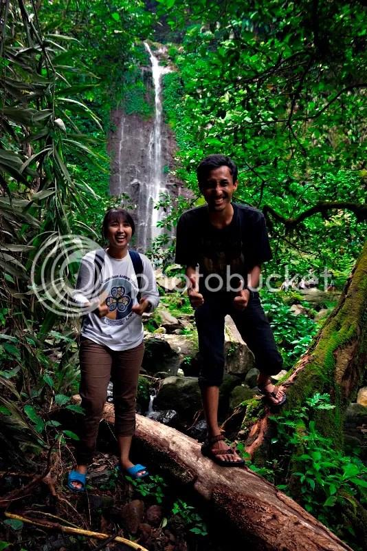 Foto bersama Deby dengan latar belakang Curug Kawung