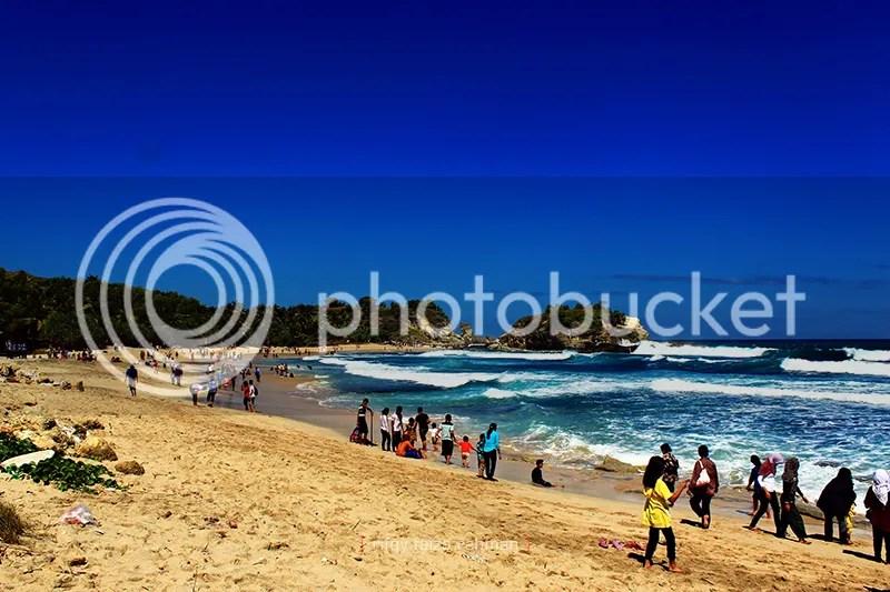 Pantai Klayar di Pacitan saat musim liburan. Sekitar 4-5 tahun yang lalu, pantai yang terkenal dengan seruling samudranya ini masih sangat sepi.