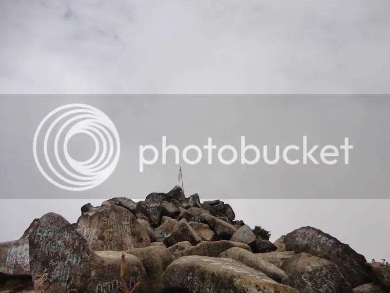 Merah putih di puncak Ogal-Agil Gunung Arjuno, 3.339 mdpl, yang batu-batunya sudah lama tercoreng ulah vandalisme