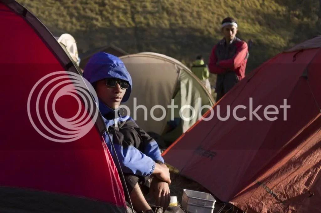 Latif, rekan asal Boyolali yang rendah hati. Berjemur untuk menghangatkan diri.