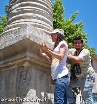 Dua edenler: Tuğba ve Mustafa Kemal -------- Dua edilen: İmparator Jüstinyen anısına dikilen dikili taş!