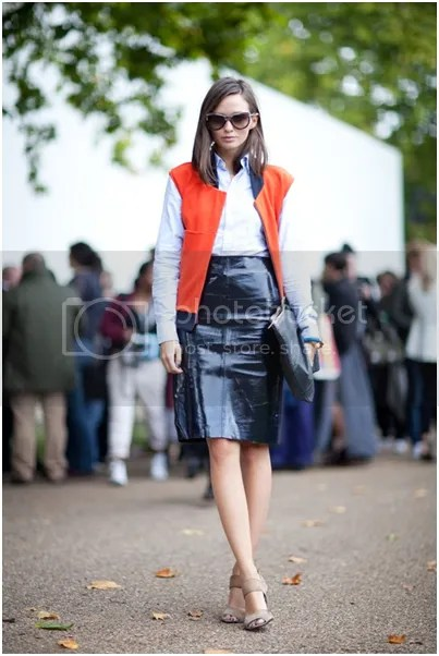 2cbeca34e88 Een stoere outfit creëer je met een leren pencil skirt. Combineer met een  oversized clutch en een mooie blazer voor een edgy look.