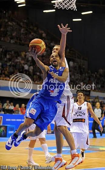 Mais uma belíssima atuação do armador garantiu a França na próxima fase (Foto por FIBA Europe/Castoria/Wiedensohler)