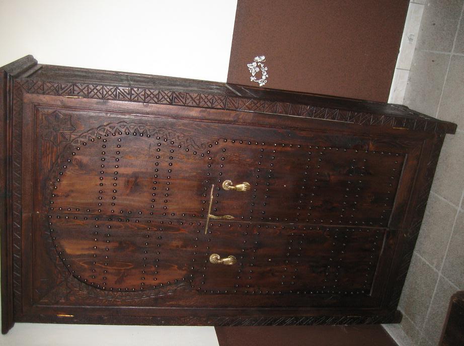 Une Armoire Une Table Basse Artisanat Marocain