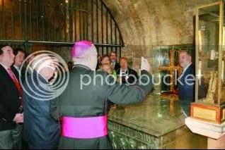 Las autoridades civiles y religiosas contemplan la Cruz de la Victoria