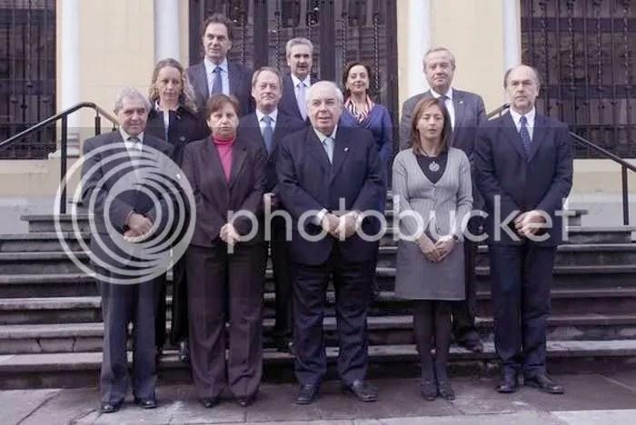 El nuevo gobierno de Asturias toma posesión del mando sobre una sociedad amedrentada