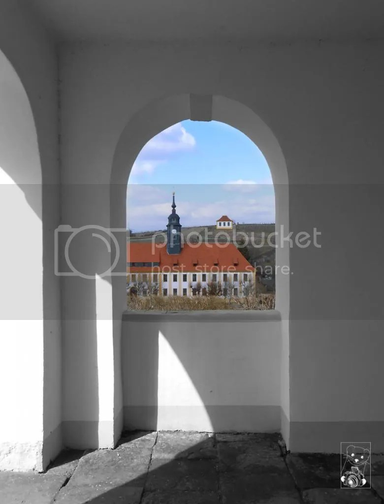 The castle from Disbar-Seusslitz seen through the arches of the former hunting chalet