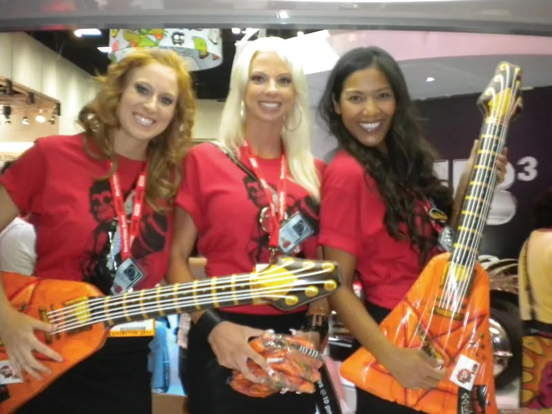 Guitar Comic-Con 2011 girls