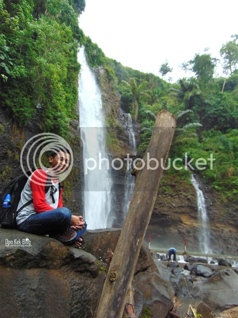 Kyu yang berserakan di kawasan Air Terjun
