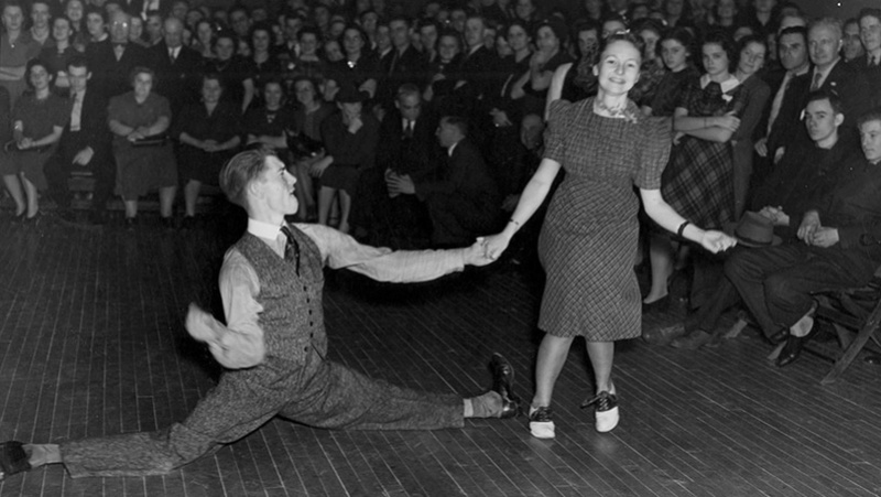 "4c81aaf3a349 Swing dancing is a dance style, or a group of dances, originating from  Harlem, New York with Afro-American Roots. The feeling of the dance is  ""swinging"", ..."