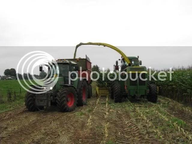 Loonbedrijf Waaijenberg uit Barneveld aan het mais hakselen met John Deere 6750 en fendt 716 van Gerestein.