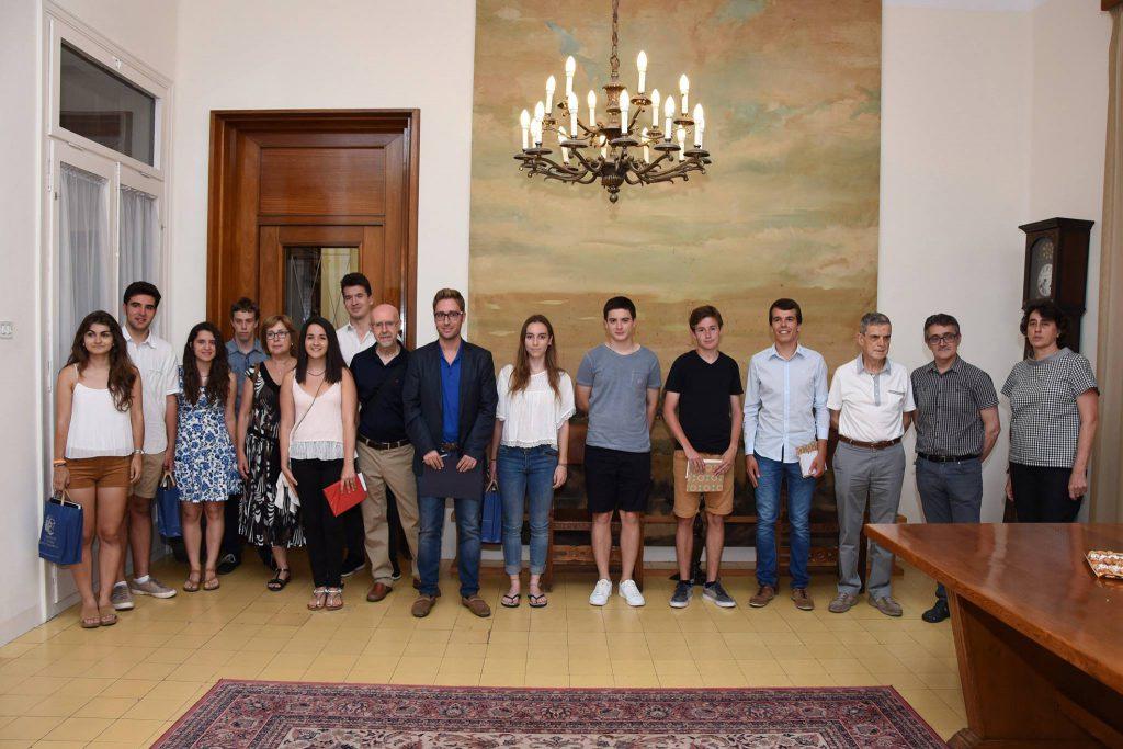 Entrega dels premis juvenils de recerca a la Sala de Plens de l'Ajuntament de Figueres, divendres 1 de juliol de 2016. Foto d'Àngel Reynal.