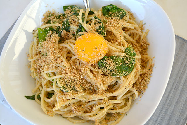pasta-with-sauteed-spinach-and-a-yolk-on-top_01