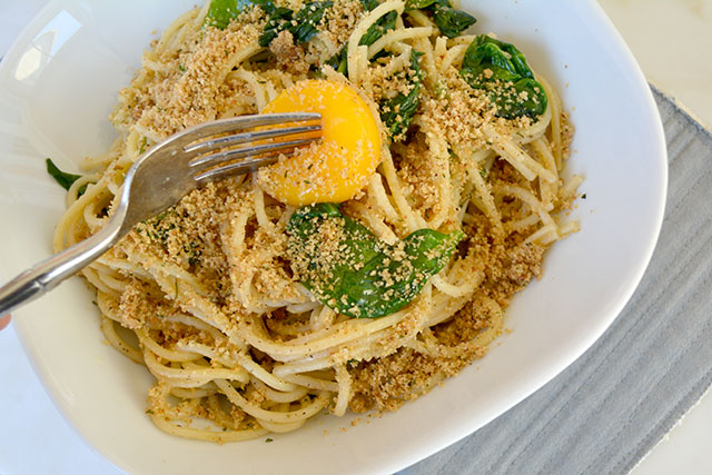 pasta-with-sauteed-spinach-and-a-yolk-on-top_03