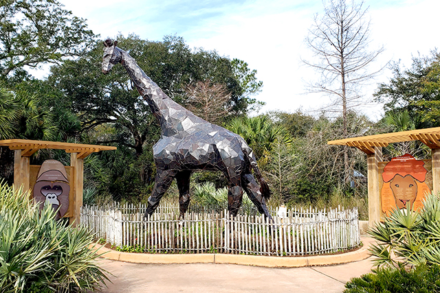 giraffe sculpture at Jacksonville Zoo and Gardens