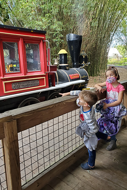 kids in line to ride train at Jacksonville Zoo