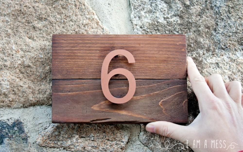Número de la casa reciclando un palet, visto en IamaMess blog
