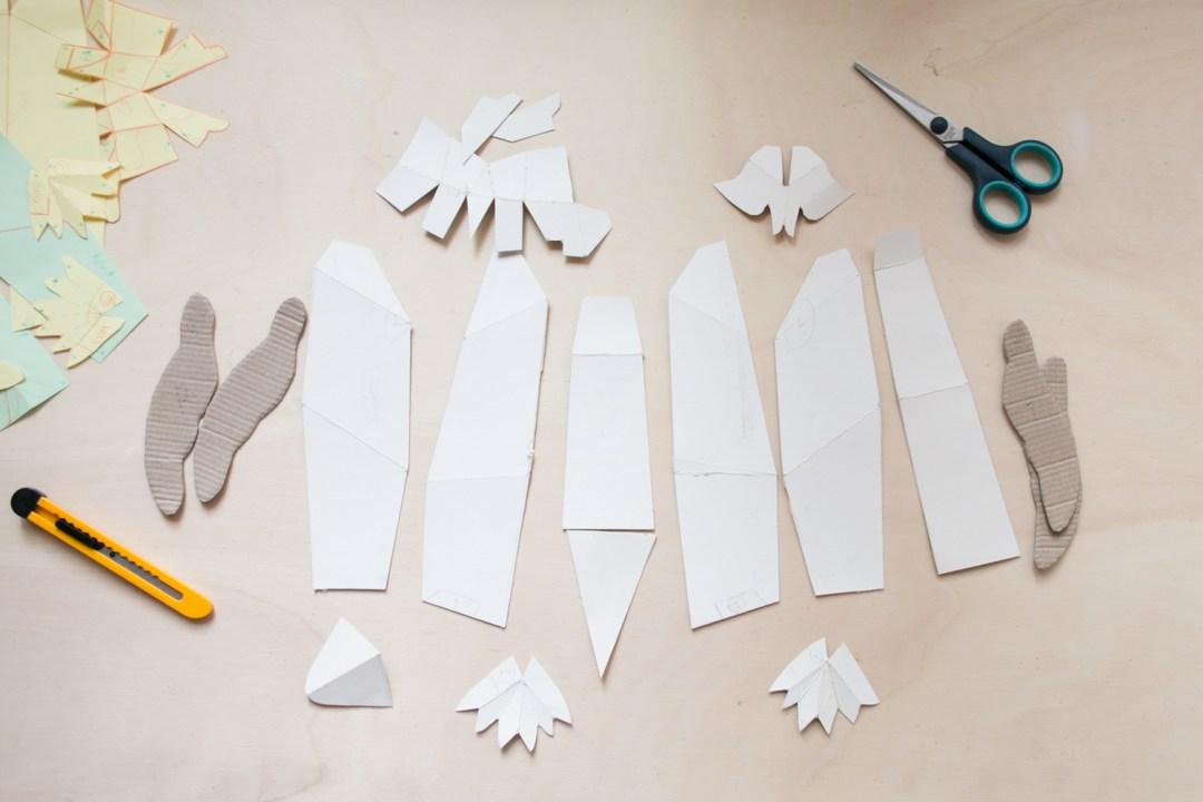 Cómo crear un pingüino con cartapesta: cortando las partes