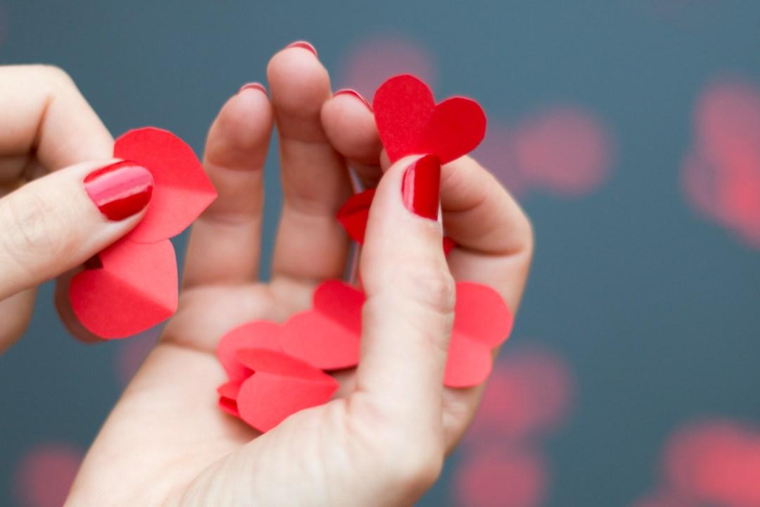 DIY guirnalda de corazones, visto en IamaMess blog