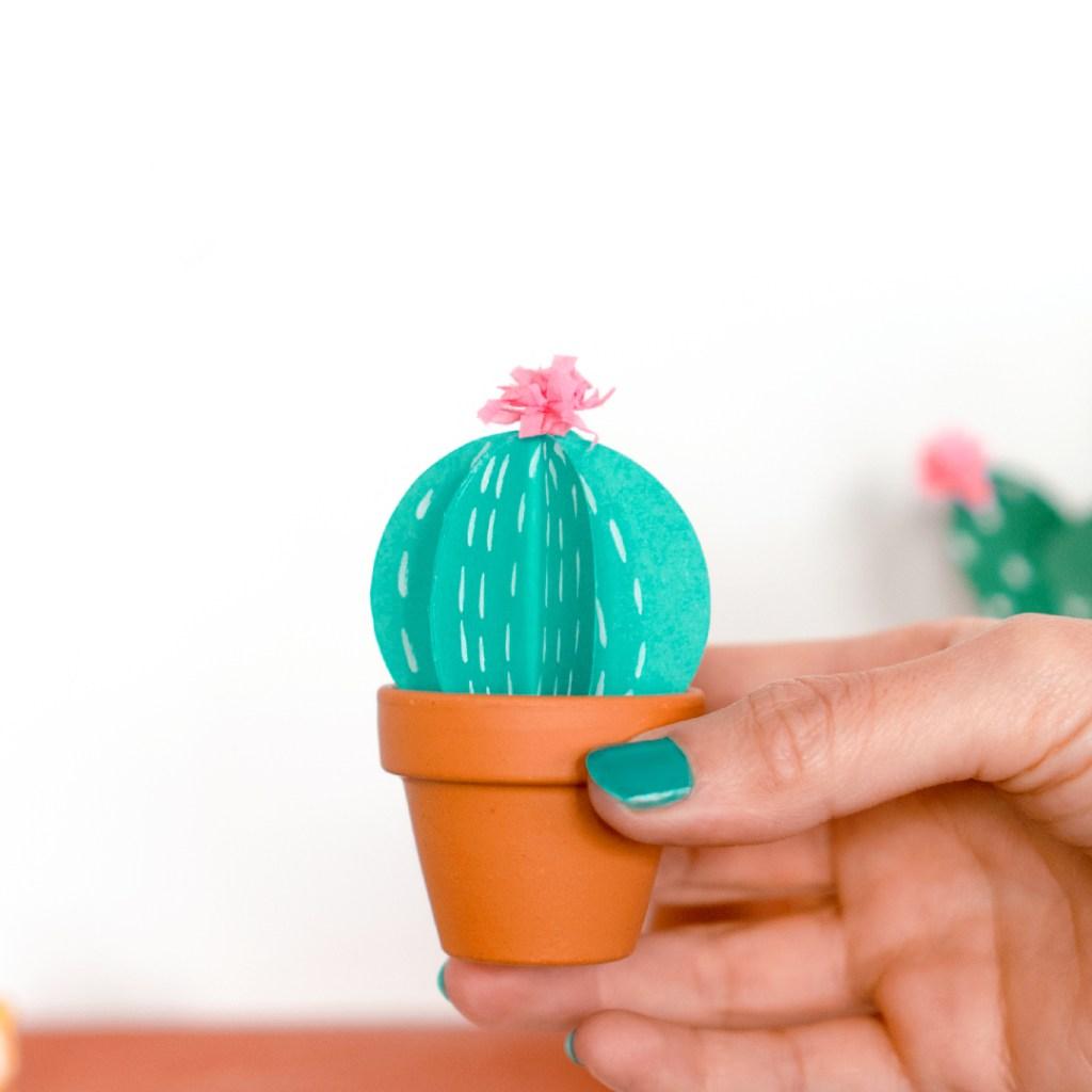 Tres formas diferentes de hacer cactus de cartulina. Detalle de uno de los cactus