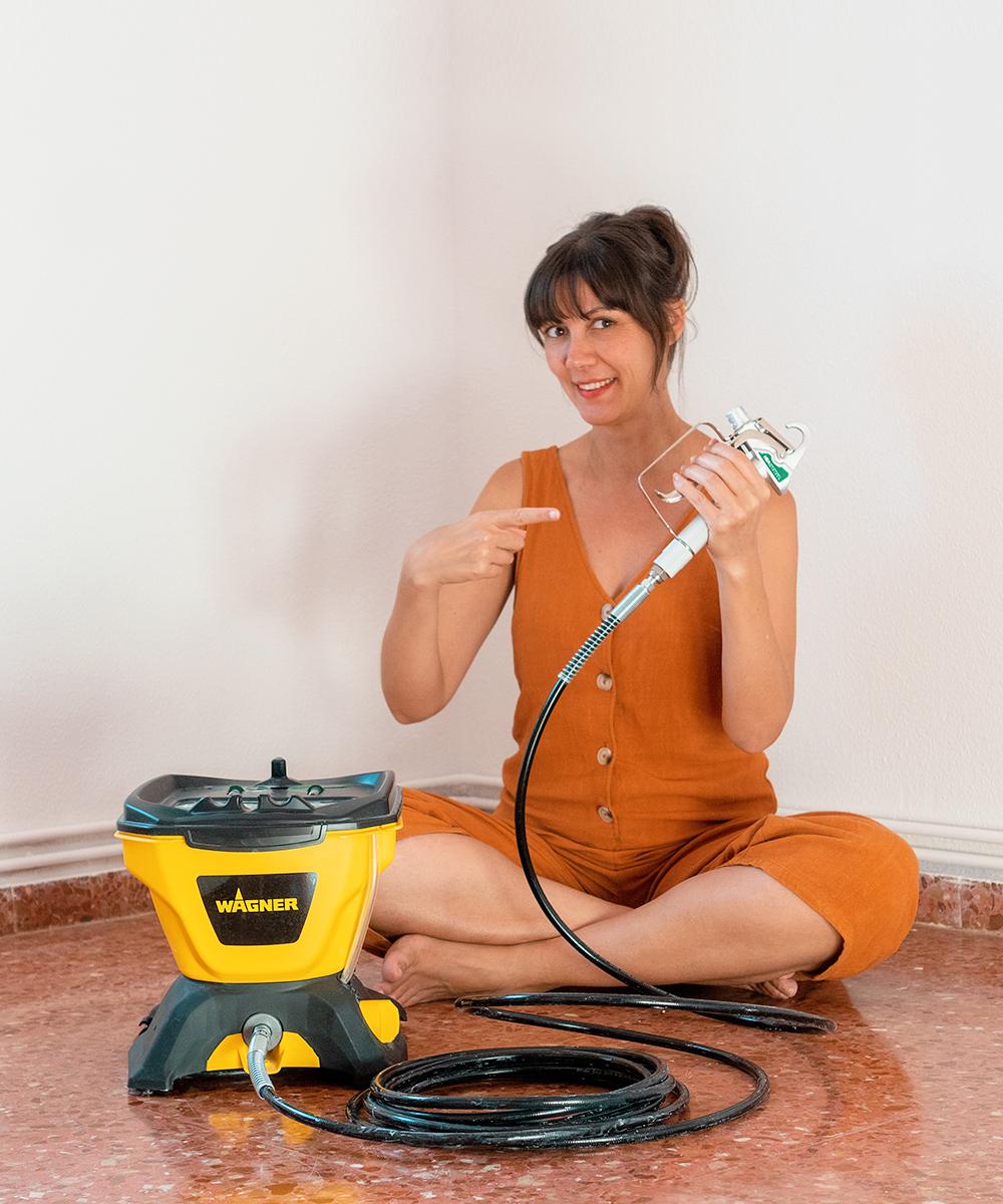 Pintando la habitación con pistola de pintura