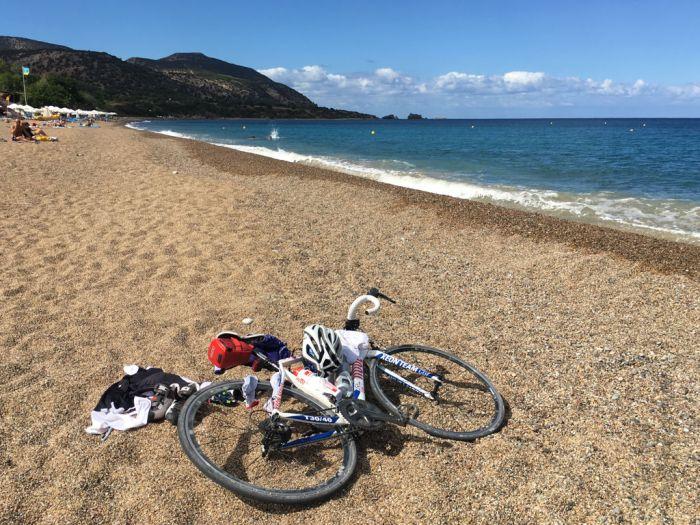 Rennrad am Yiannakis Strand auf Zypern