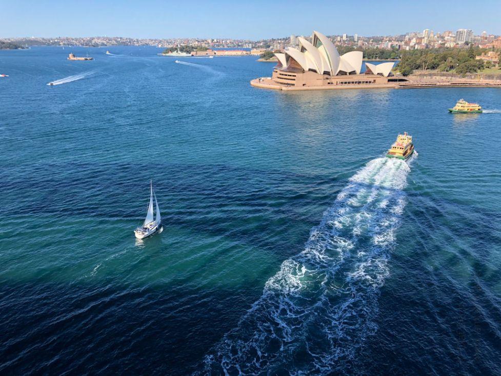Blick von der Harbour Bridge in Sydney auf das Opernhaus