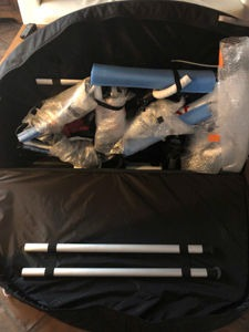 Die Beine des Montageständers werden zur zusätzlichen Verstärkung der Seitenwände genutzt.