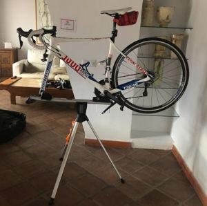 Rennrad mit demontiertem Vorderrad auf dem Montageständer