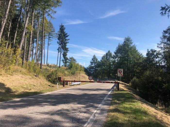 iamcycling-Mit-dem-Rennrad-am-Gardasee-Straße gesperrt in der Abfahrt vom Monte Bondone