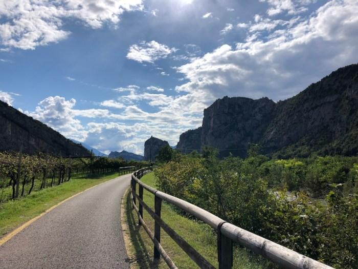 "iamcycling-Mit-dem-Rennrad-am-Gardasee-Im Tal auf der ""Pista ciclabile"" entlang des Sarca"