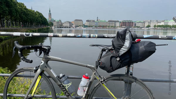 Ostsee-Tour - Warten auf den Zug - iamcycling.de