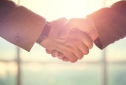 3 Cara Berjabat Tangan Yang Perlu Anda Elakkan