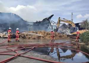 kilang-minyak-sawit-terbakar-50-anggota-bomba-kerah-tenaga