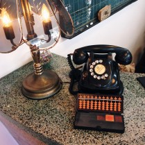 老檯燈、電話與算盤