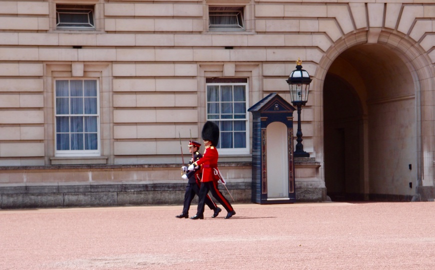 London Sightseeing - Buckingham Palace Guard - http://iamsherrelle.com