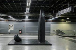 Obra: Flash (1990). Autor: Miguel Borelli, fibra de vidrio. Colección Metro de Caracas, estación Capuchinos. Fotografía: Luis Chacín.