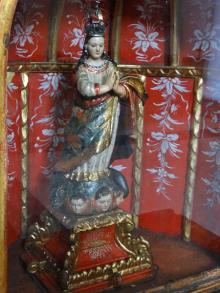 Detalle de la imagen de la Inmaculada Concepción, escultura de mediados del siglo XVIII, donde se aprecia la decoración de nicho y la ejecución preciosa en detalles exóticos de la virgen. Caracas, 2016. Foto: Eduardo Tovar.