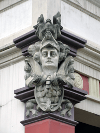 Mascarón femenino en capiteles de la fachada principal, en la parte exterior de la exedra. Foto: Eduardo Tovar Zamora.