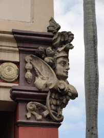 Mascarón femenino en capiteles de la fachada principal, en la parte exterior de la exedra. Foto; Eduardo Tovar Zamora.