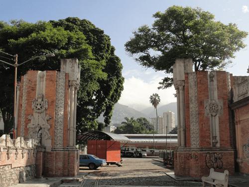 Vista de las bases del arco inconcluso hacia el norte, donde se aprecia intercolumnas laterales, decoración pétrea con elementos florales y animales fantásticos. Foto: Eduardo Tovar Zamora.