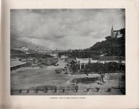 Vista oeste de la villa a la derecha, y esplanada frente a la estación de ferrocarril, al fondo a la derecha arriba la capilla de la Iglesia de Lourdes, a la izquierda se aprecia el Palacio de Miraflores. 1910.