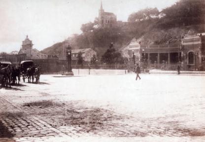 Vista oeste de la villa, a la derecha la entrada principal hacia la plazoleta frente a la estaciones de ferrocarril, se aprecia El Calvario, la Iglesia de Lourdes y el Arco de la Federación al fondo, y la fabrica de chocolares La India a la derecha.