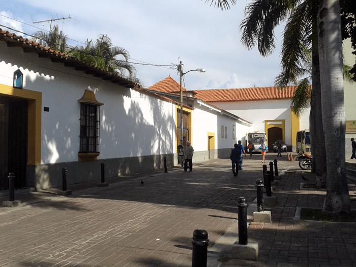 Casa parroquial, teatro parroquial e iglesia al fondo. Foto: Alejandra Suárez.